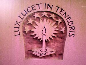 'Lux lucet in tenebris' ('Das Licht leuchtet in der Finsternis')