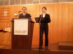 Pfarrer Kim der Sarangegemeinde mit seiner Übersetzerin