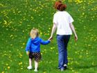 """'Two sisters walking through a lawn sprinkled with dandelions', 2011, US Nessie. Creative-Commons-Lizenz """"Namensnennung – Weitergabe unter gleichen Bedingungen 3.0 nicht portiert"""""""