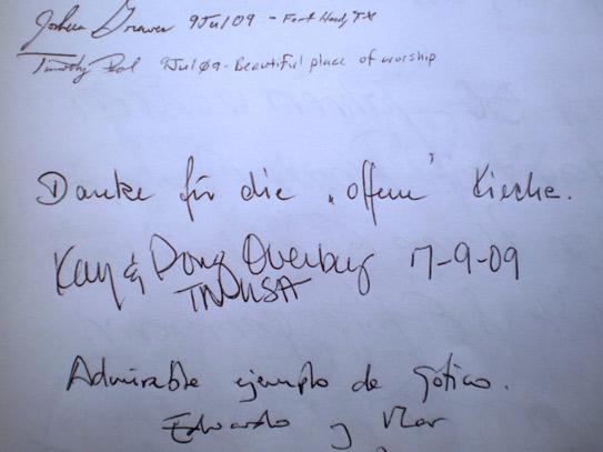 Einträge in das Gästebuch im Eingangsbereich der Dreikönigskirche