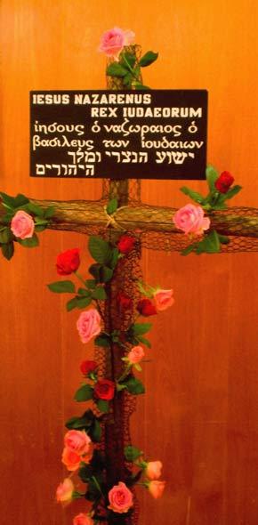 Blumenkreuz - von Kindern im Kindergottesdienst geschmückt - im Kirchsaal des Gemeindehauses Süd am 26. April 2009