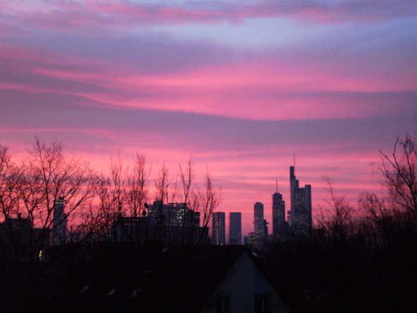 Sonnenuntergang am 10. März 2010, aufgenommen  vor dem Fenster direkt gegenüber des Eingangs zum Chorraum im Gemeindezentrum Süd, PSch