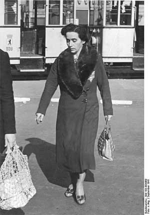 'Berlin, Frau mit Judenstern', 1941,  German Federal Archives