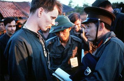 US POWs and NVA officers during Vietnam War, 1973, Source: US Department of Defense image database, SSGT Herman Kokojan, Als amtliches Werk der Bundesregierung der Vereinigten Staaten ist dieses Bild gemeinfrei.