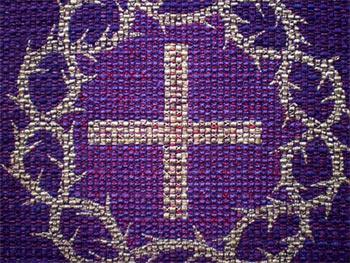 Violetter Parament am Altar im Kirchsaal des Gemeindehauses Süd