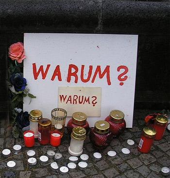 Ausschnitt 'Warum ? - Kleine Gedenkstätte für die Opfer des Einsturzes des Archives am Kölner Waidmarkt, direkt über der Nord-Süd Stadtbahn.'