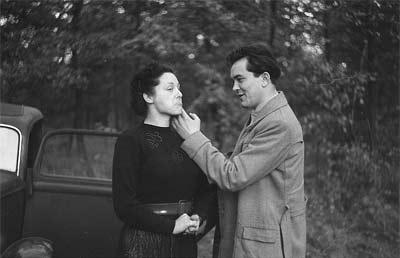 'Portrait Rudolf Bartschs im Wald einer Frau die Wange streichelnd, im Hintergrund ein Auto', 1953.10, Roger Rössing