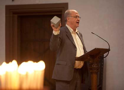 Hartmut Schmidt mit einem Stolperstein, Foto: Rolf Oeser