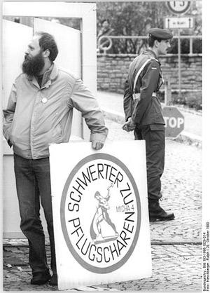 'Erfurt, vor Kaserne, 'Schwerter zu Pflugscharen', 1990, Hirschberger, Ralph