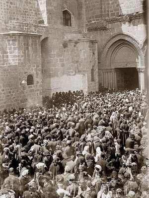Jerusalem in 1898: crowd in front of the Church of the Holy Sepulchre