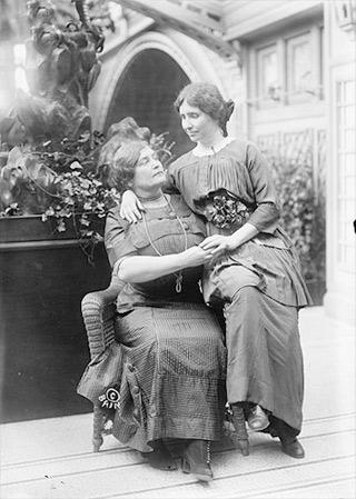 Anne Sullivan (sitzend) und Helen Keller