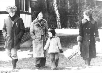 'Familie Honecker beim Spaziergang im Winter', 1977.