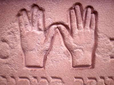 Segnende Hände auf Grabstein: jüdischer Friedhof in Worms