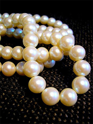 'A white pearl necklace', Flickr.com user 'tanakawho', 2006