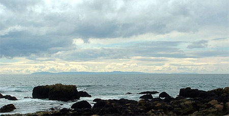 'Catalina island as seen from Laguna Beach, California', Kevin Zollman --Kzollman. GFDL and CC-by-sa, 2006