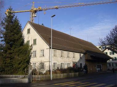 'Bauernhaus an der Kirchgass in Kloten, dahinter ein Baukran', 2009, Abderitestatos