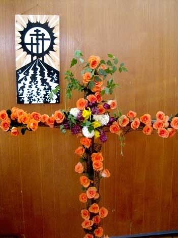 'Blumenkreuz im Kirchsaal Süd', Ostermontag 2011, PSch