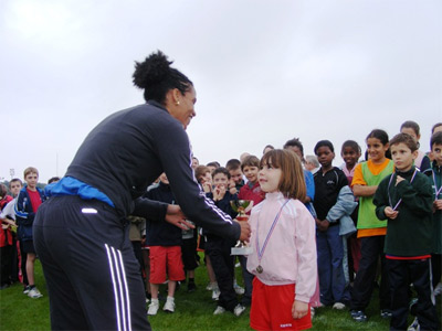 'Après une journée passée auprès des jeunes participants du tournoi, Amélie Goudjo récompense la plus jeune handballeuse du tournoi', 2008, Macedonia