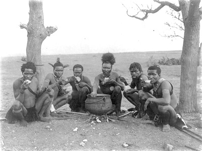 'Zulu men eating - Native types of Africa', zwischen 1920 und 1930, Frank and Frances Carpenter