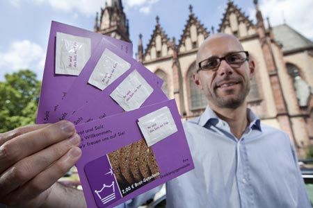 Pfarrer Martin Vorländer mit Willkommenspaketen