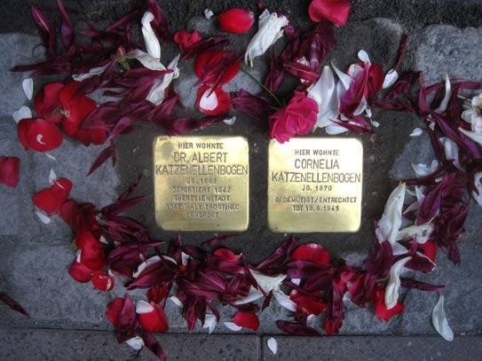 'Stolpersteine Stolpersteine mit Blumen für Cornelie und Albert Katzenellenbogen