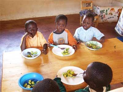 """'Waisenkinder in der Kindertagesstätte Nyota in Lwala/Kenia essen Avocado zum Mittagessen', 2009, Nicor, Creative-Commons-Lizenz """"Namensnennung – Weitergabe unter gleichen Bedingungen 3.0 nicht portiert"""""""